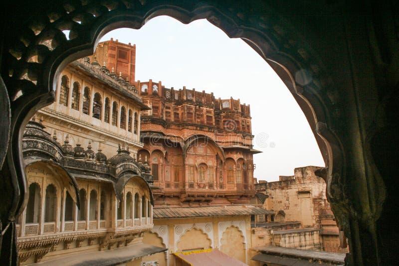 Se till och med bågarna av det Mehrangarh fortet arkivbild
