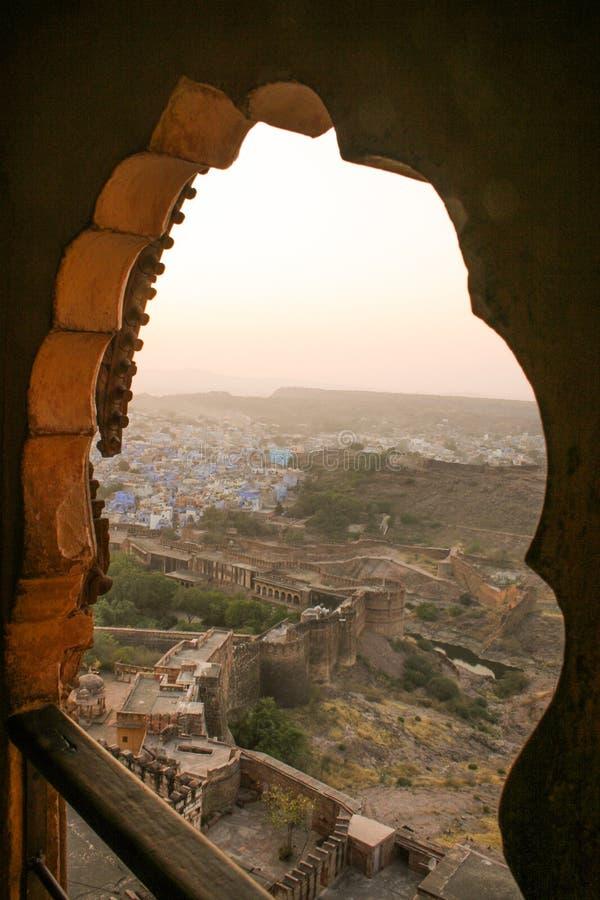 Se till och med bågarna av det Mehrangarh fortet som förbiser Jodhpu fotografering för bildbyråer