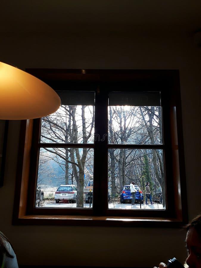 Se till och med ett fönster royaltyfria bilder