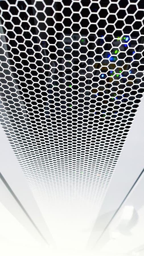 Se till och med honungskakamodelld?rrar inom den moderna stora dataserverkuggen i datorhallen med maskinvara f?r n?tverksserveror fotografering för bildbyråer