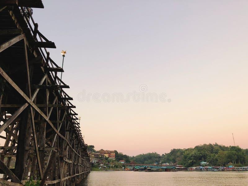 Se till tappningträbron med solnedgångljus arkivfoto