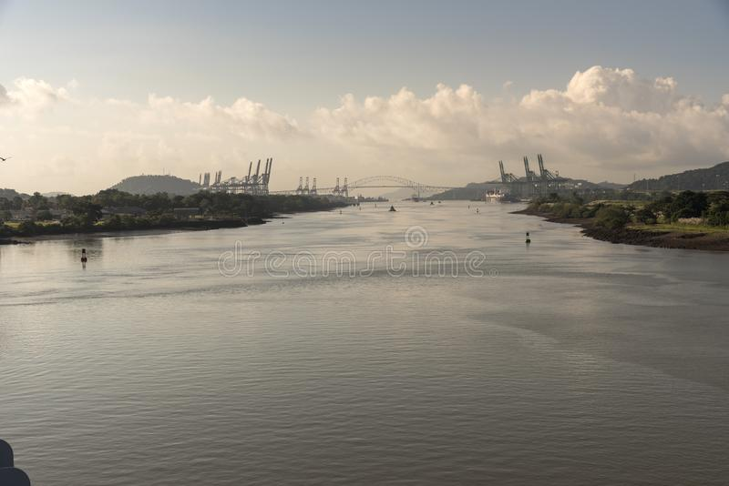 Se tillbaka på bron av Americasna från ingången till den Panama kanalen royaltyfria bilder