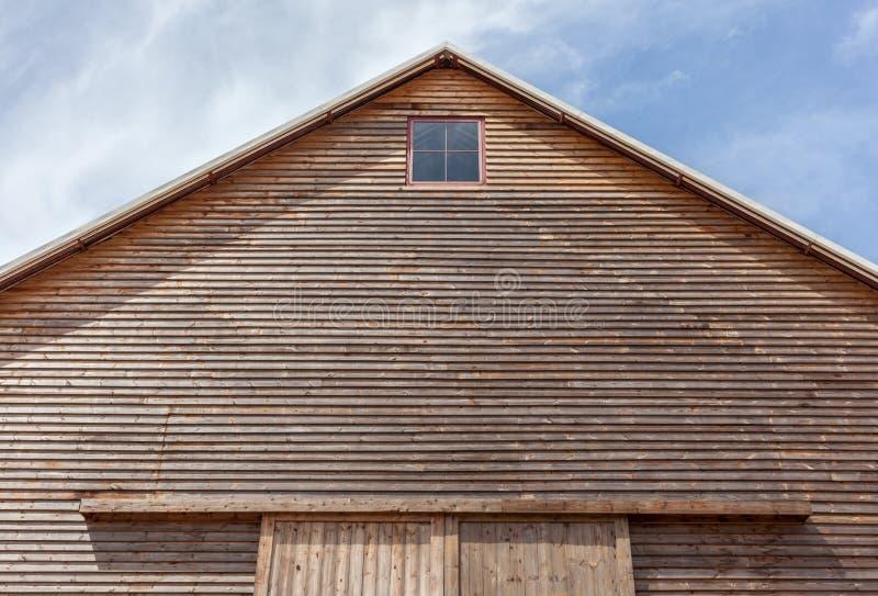 Se upp överkanten av det gavelförsedda taket på en träladugård royaltyfri bild