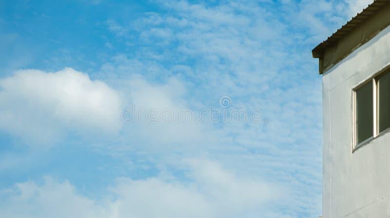 Se upp himlen ovanför byggnaden royaltyfri foto
