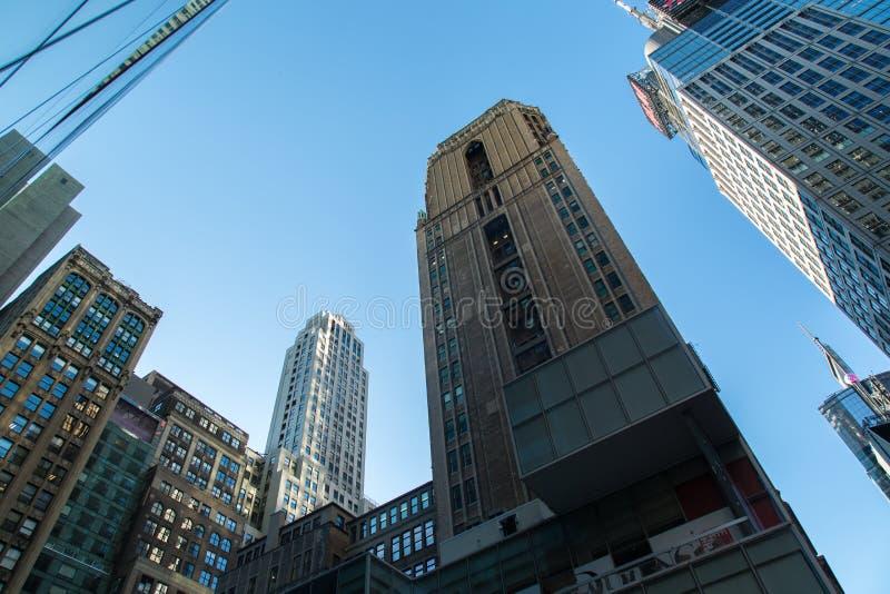 Se upp och sikt av kontorsbyggnader i Newet York City royaltyfri bild