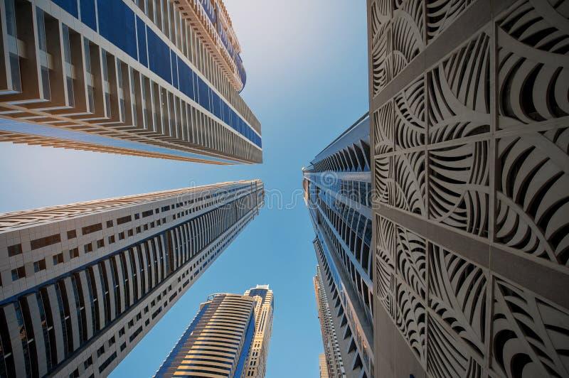 Se upp på en grupp av moderna kontorsbyggnader royaltyfria bilder
