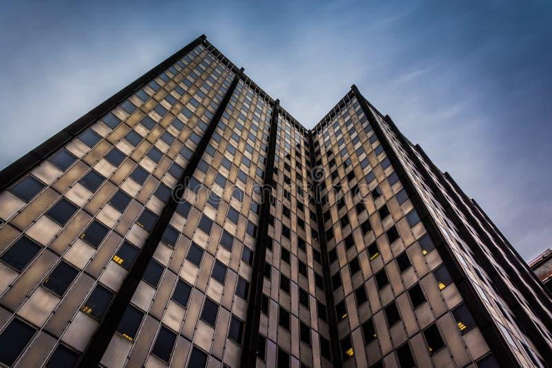Se upp på en modern byggnad i i stadens centrum Philadelphia, Pennsy royaltyfri fotografi