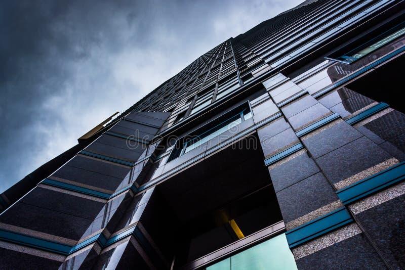 Se upp på en modern byggnad under en molnig himmel i Philadelph fotografering för bildbyråer