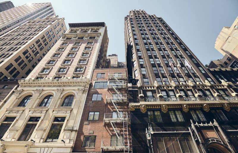 Se upp på gamla New York byggnader, USA royaltyfria bilder
