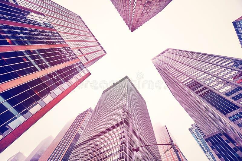 Se upp på Manhattan skyskrapor på en dimmig dag arkivfoto