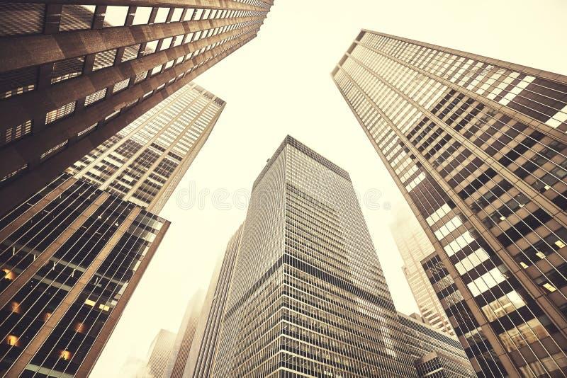 Se upp på Manhattan skyskrapor på en dimmig dag royaltyfri bild