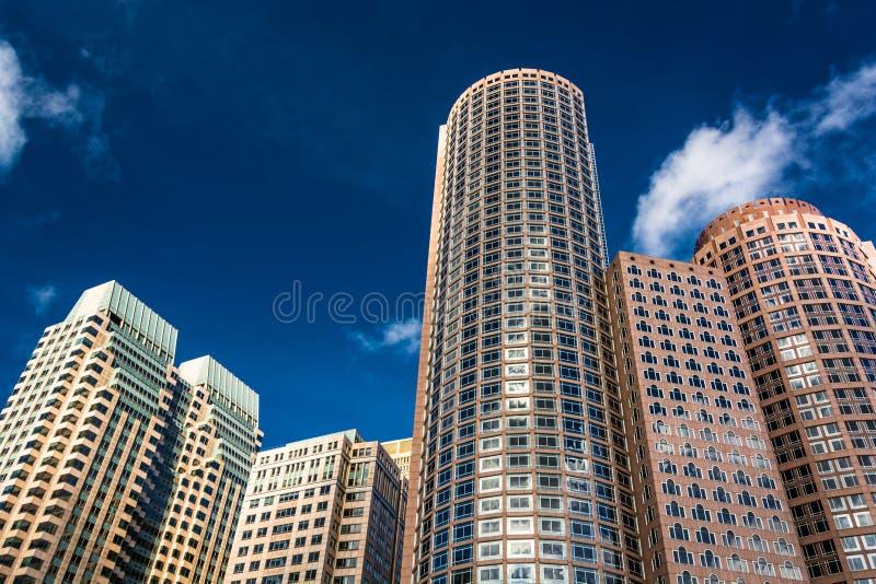 Se upp på moderna byggnader i Boston, Massachusetts arkivfoto