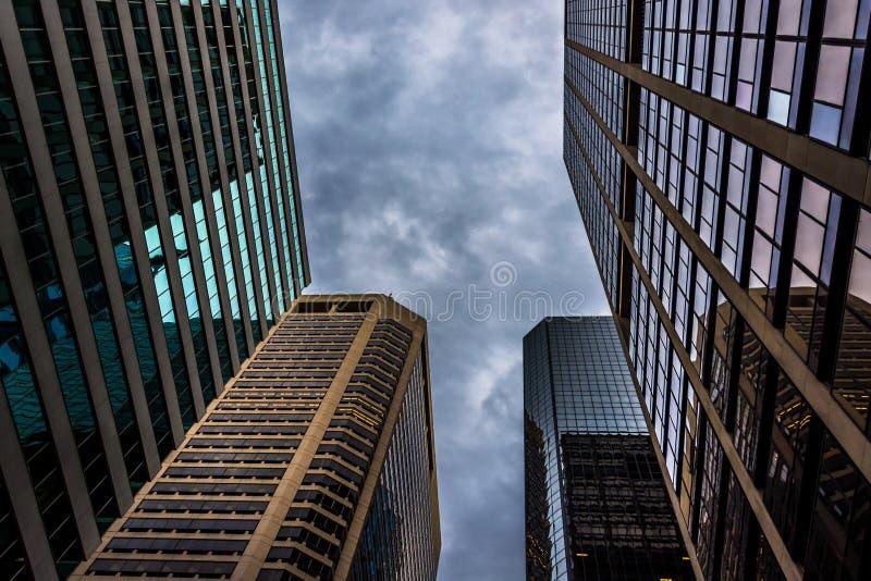 Se upp på moderna byggnader och en stormig himmel i Philadelphia, royaltyfria foton