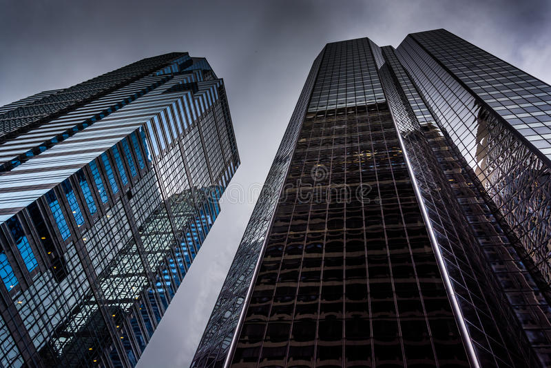Se upp på moderna byggnader under en molnig himmel i Philadelphi arkivbilder
