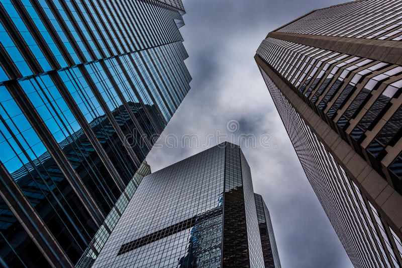 Se upp på moderna byggnader under en molnig himmel i Philadelphi royaltyfria bilder