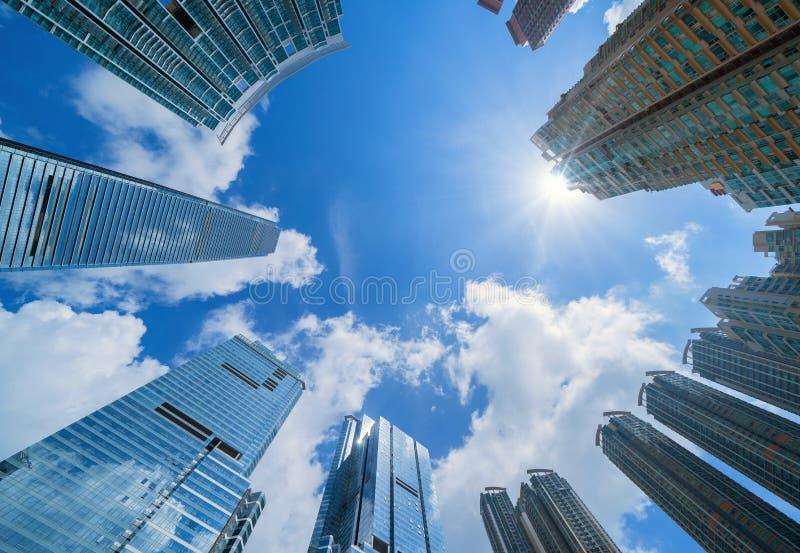 Se upp på moderna kontorsbyggnader Finansiell områdes- och affärsmitt i den smarta staden för teknologibakgrund skyskrapa arkivbilder