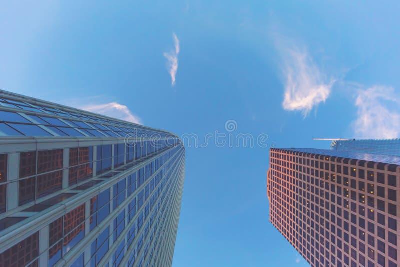 Se upp på skyskrapor i LA fotografering för bildbyråer