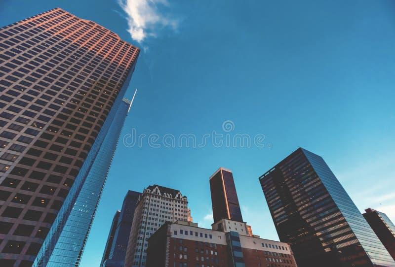 Se upp på skyskrapor i LA royaltyfri fotografi