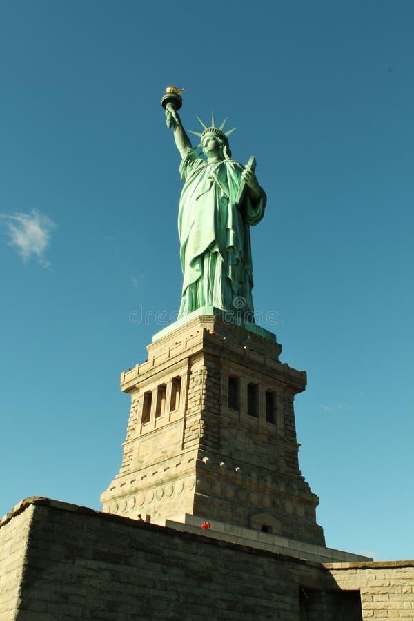 Se upp på statyn av frihet arkivfoto