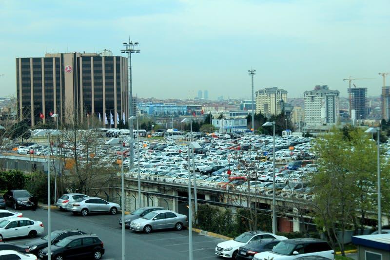Se ut över parkeringsplats och horisont, Istanbul Ataturk flygplats, Turkiet, 2016 arkivfoto