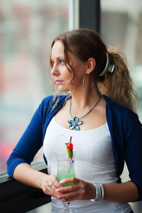 se ut den SAD fönsterkvinnan fotografering för bildbyråer
