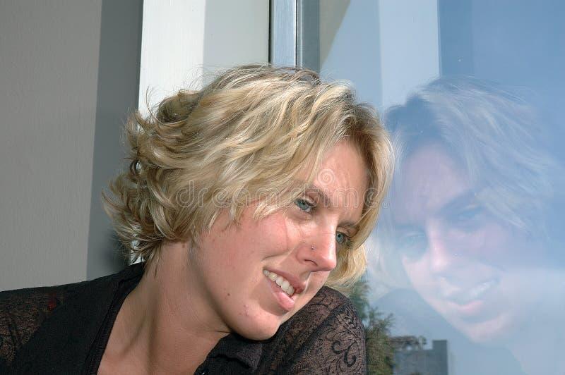 se ut fönsterkvinnan royaltyfria bilder