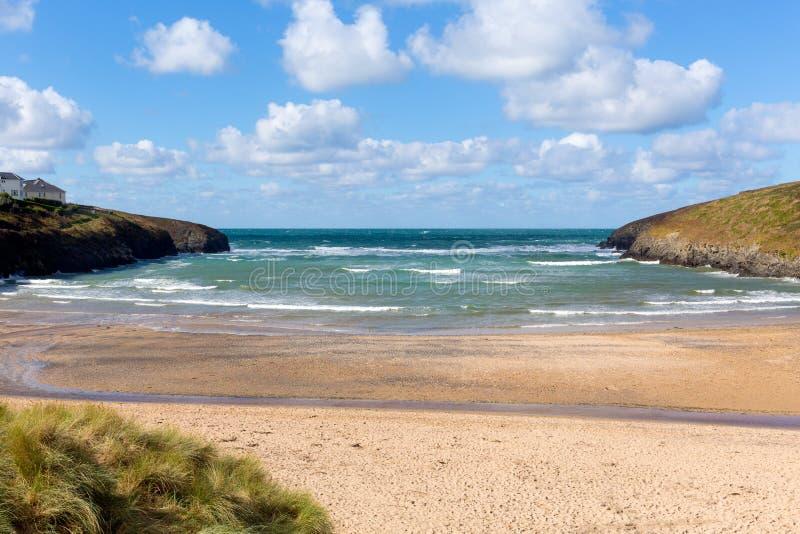 Se ut till för Cornwall England UK för för havsPorthcothan fjärd och strand kusten den corniska norr royaltyfri bild