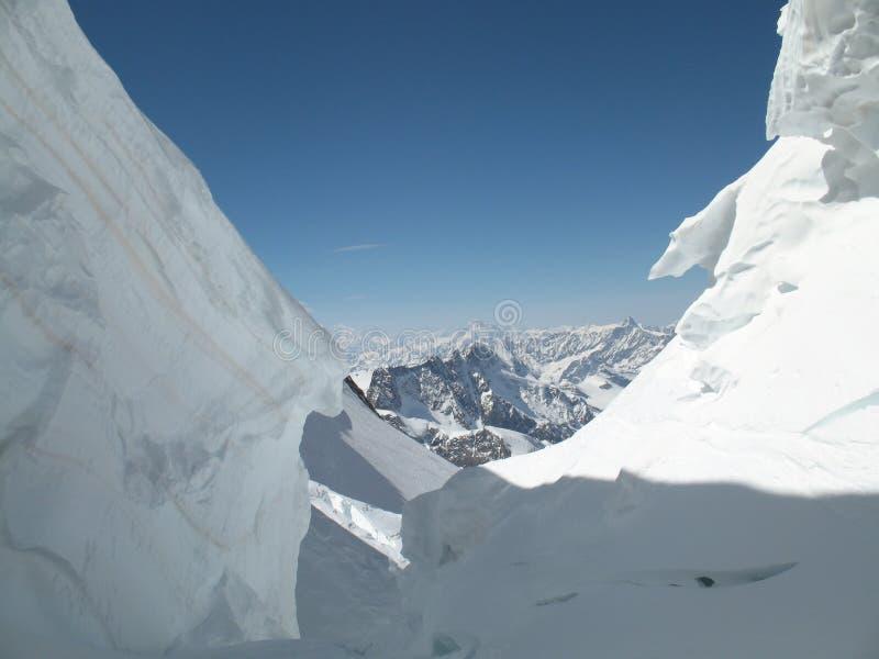 Se ut ur en jätte- spricka i de schweiziska fjällängarna ovanför Zermatt arkivfoton