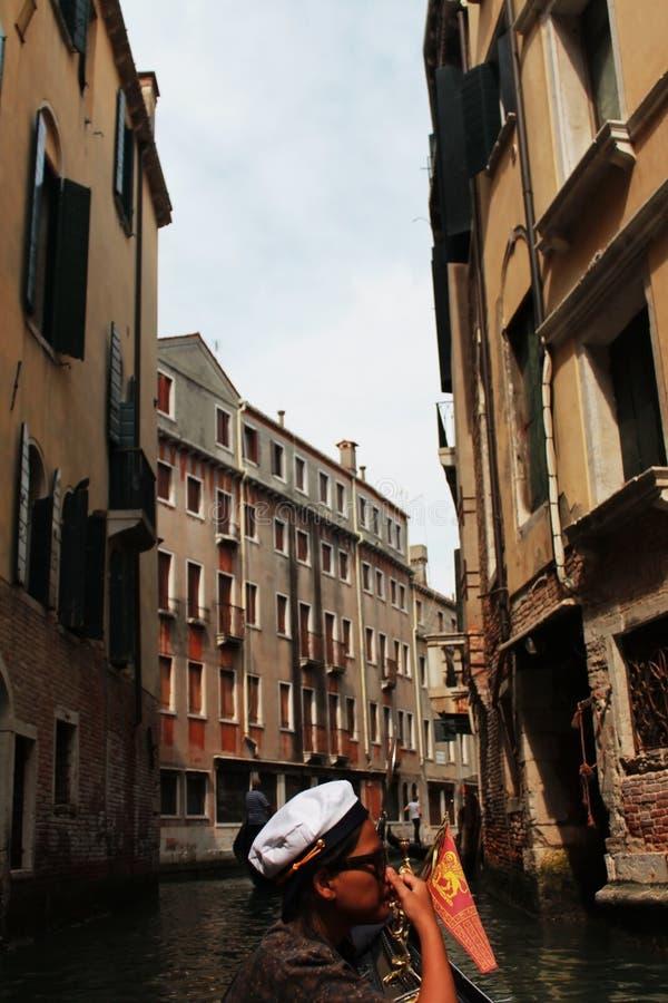 Se venice den härliga staden, genom att använda gondolen royaltyfri fotografi