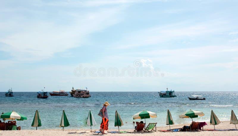 Sea Beach Blue Sky e Sun daylight rilassate paesaggio vista design cartolina e calendario in thailandia fotografie stock