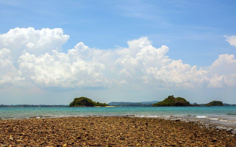 Sea Beach Blue Sky e Sun daylight rilassate paesaggio vista design cartolina e calendario in thailandia immagini stock libere da diritti
