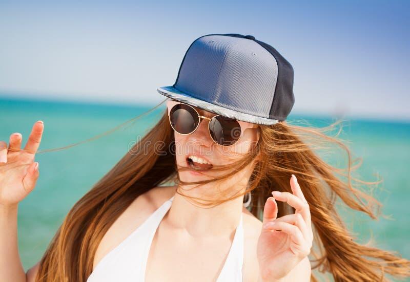 Sea Cara, óculos de sol, chapéu de basebol, divertimento, fim acima imagens de stock royalty free