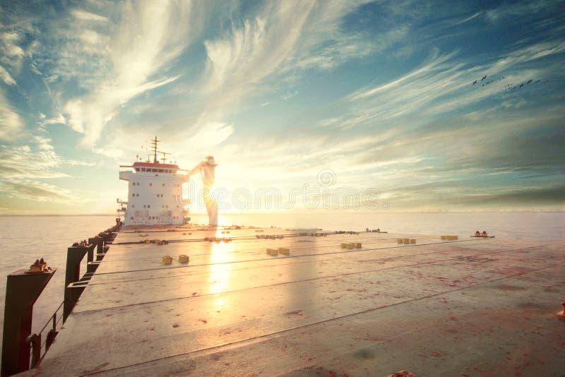 @sea do navio de recipiente durante o por do sol foto de stock royalty free