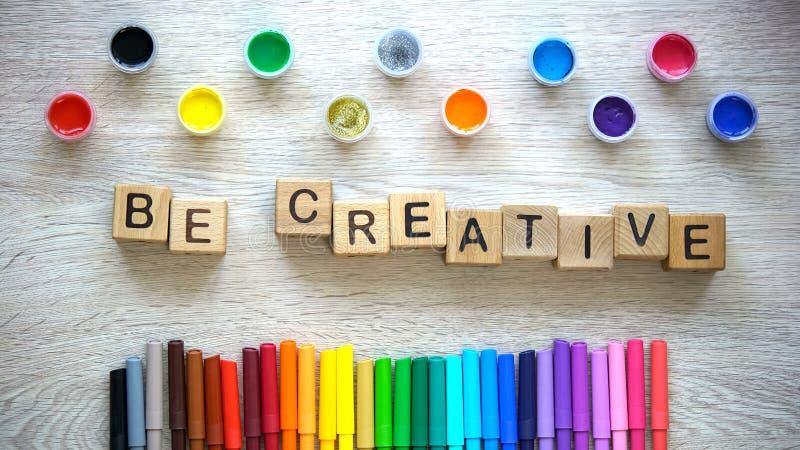 Sea frase creativa hecha de cubos, de rotuladores coloridos y de la tabla de mentira de las pinturas imágenes de archivo libres de regalías