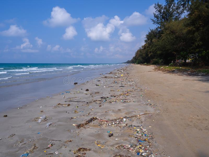The sea that is full of garbage is on the beach on the bright five days. stock images
