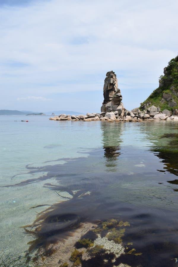 Sea klares Wasser und Steine Felsen landschaft lizenzfreie stockbilder