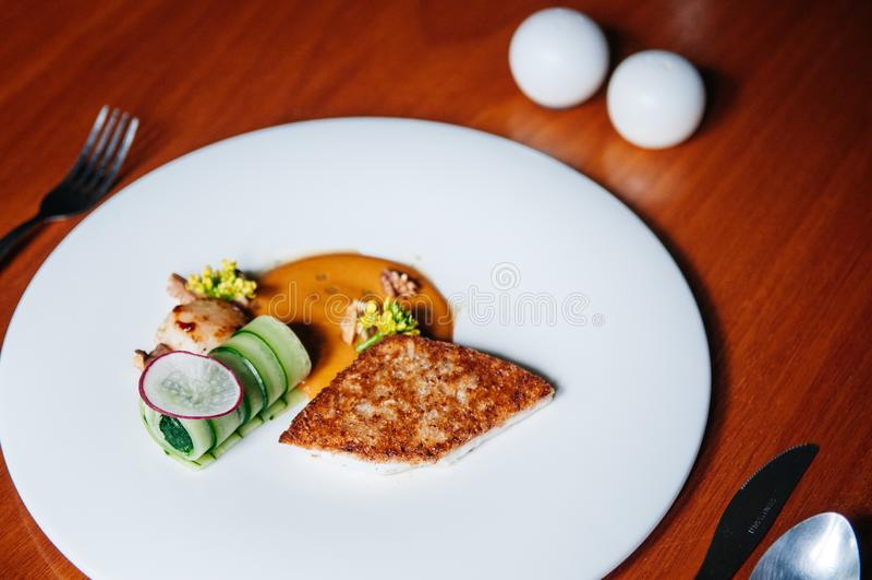 Seabass και σύγχρονη κουζίνα μπριζόλας οστράκων, ψημένα στη σχάρα seabass και όστρακο με τη σάλτσα κρέμας στο άσπρο πιάτο, τοπ άπ στοκ εικόνες με δικαίωμα ελεύθερης χρήσης