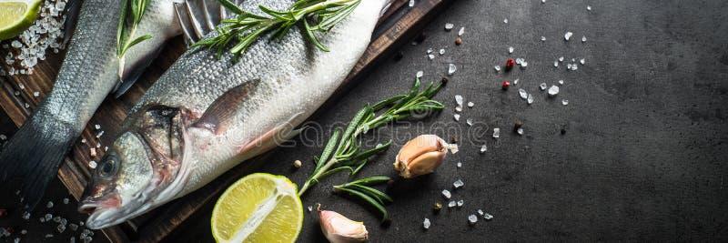 Seabass dos peixes frescos no preto imagem de stock royalty free