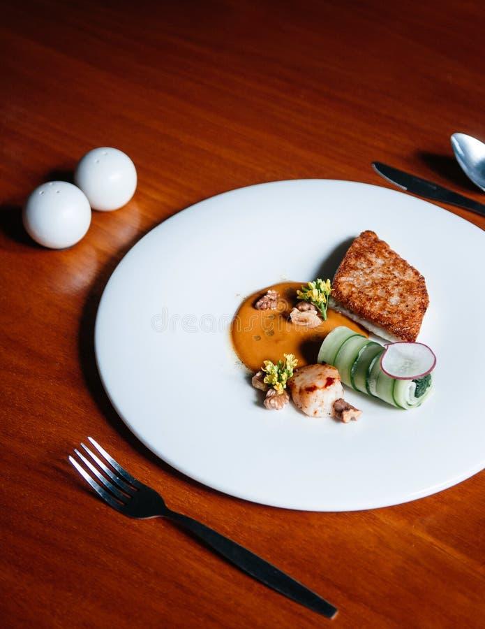 Seabass i przegrzebka stku nowożytna kuchnia piec na grillu seabass i przegrzebek z kremowym kumberlandem na bielu talerzu na dre obrazy royalty free