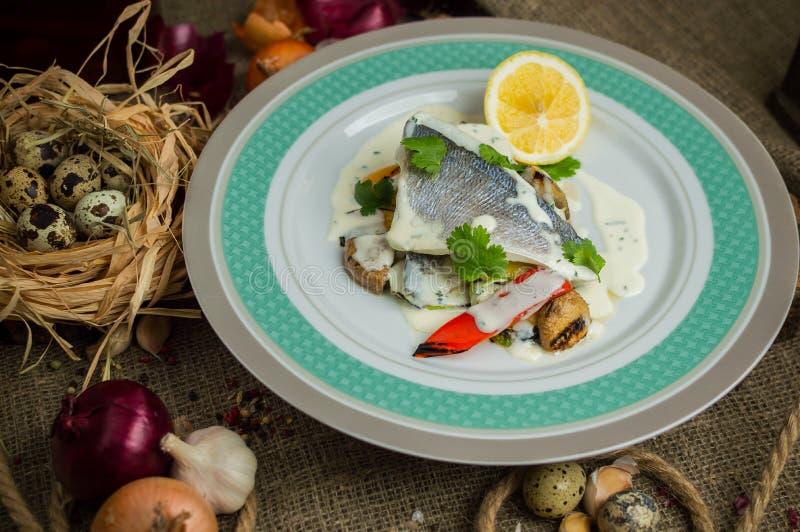 Seabass med grönsaker arkivbilder