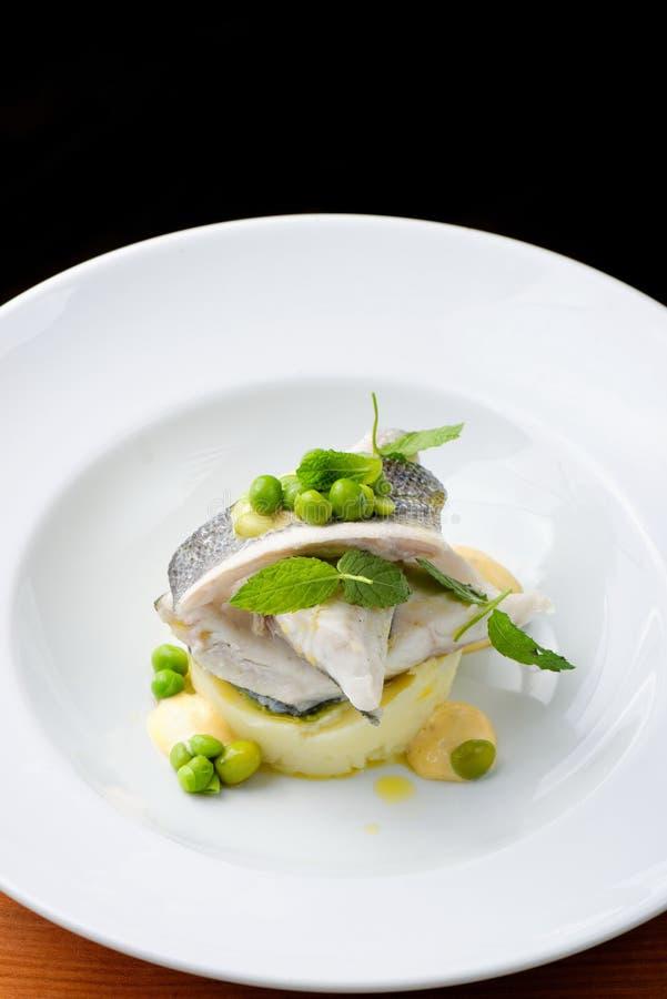 Seabassfilé med grönsaken royaltyfri bild