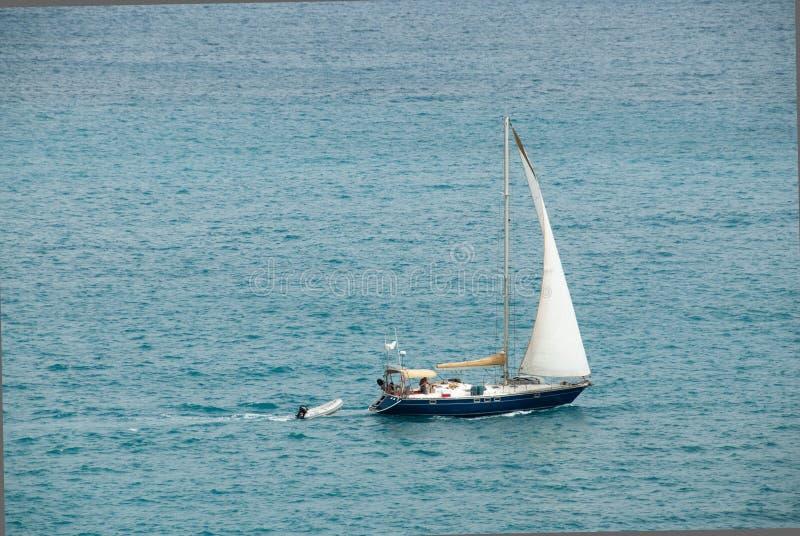 Seabound Yatch和充气救生艇 免版税库存图片