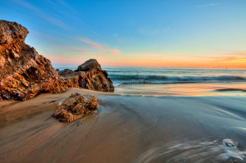 Seacape et plage dans le coucher du soleil image libre de droits