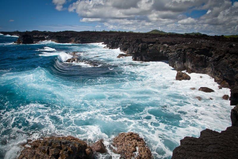 Seacliffs von Lava von Hawaii mit starkem Ozean-Schwellen lizenzfreie stockbilder