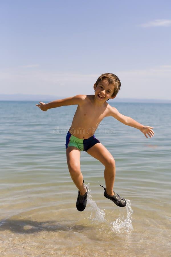 seacoast άλματος παιδιών στοκ εικόνες με δικαίωμα ελεύθερης χρήσης