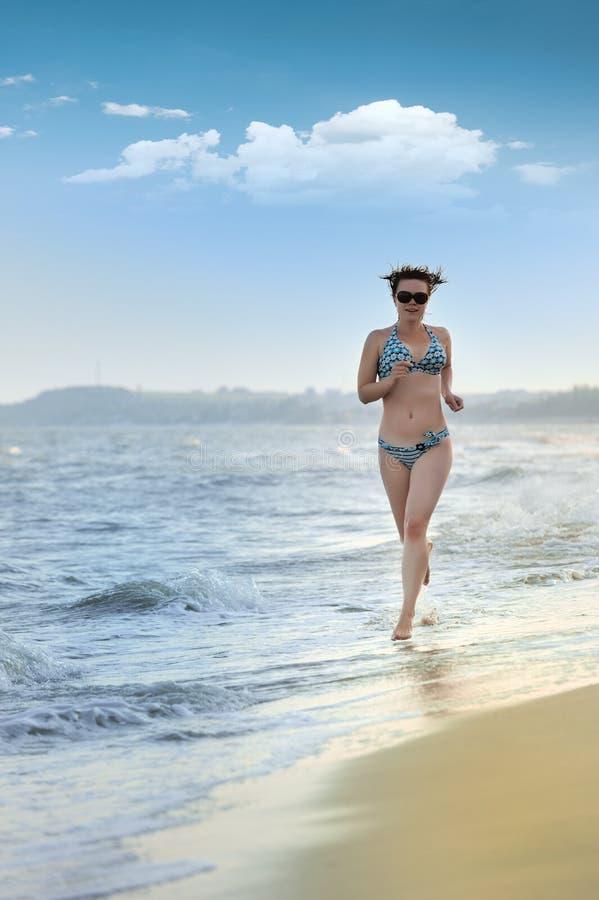 seacoast девушки идущий стоковые фотографии rf
