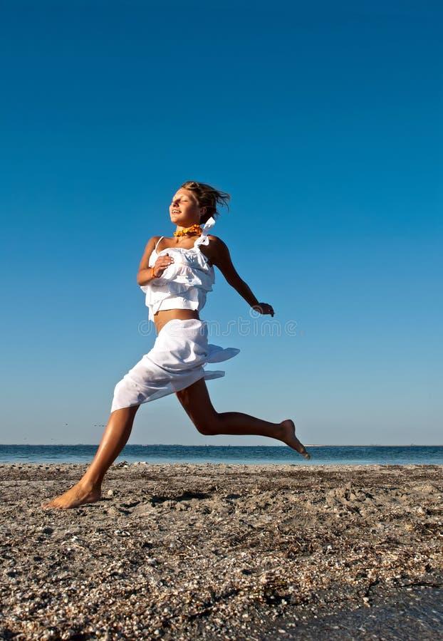 seacoast девушки идущий стоковая фотография rf