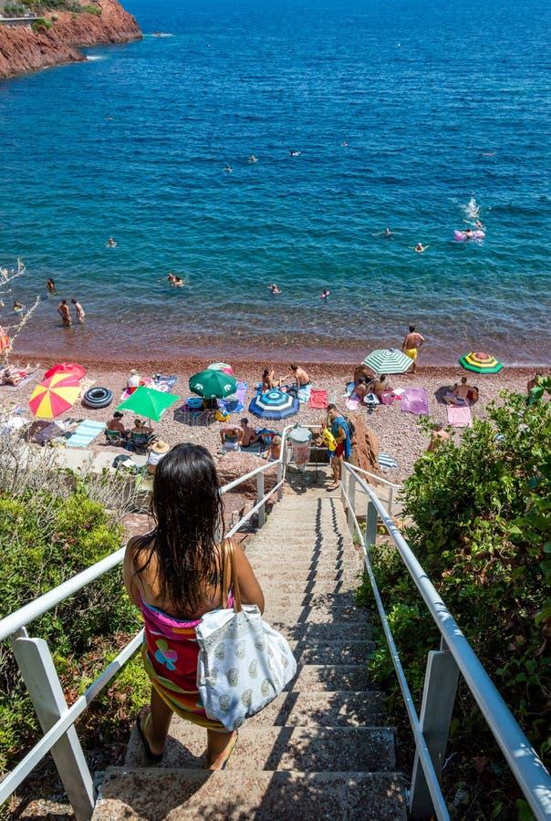Seacoasten av den naturliga Esterelen parkerar i franska Riviera royaltyfri bild