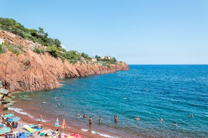 Seacoasten av den naturliga Esterelen parkerar i franska Riviera arkivfoton