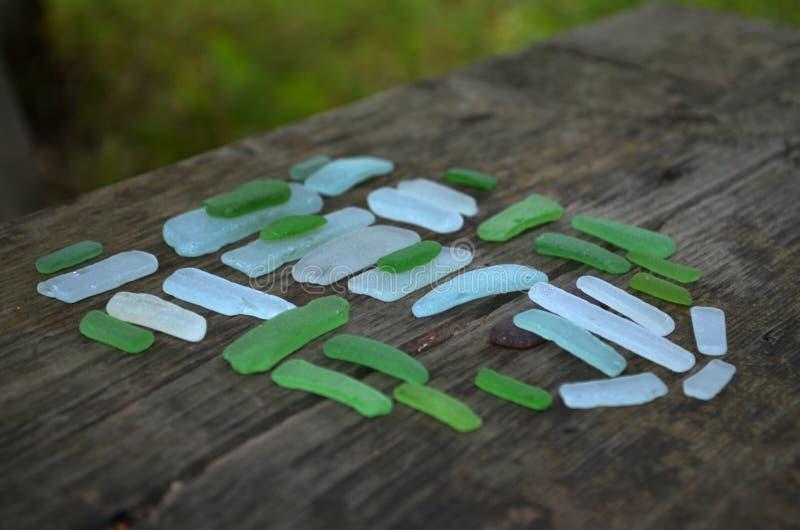 Seafinds sur le banc en bois photo stock